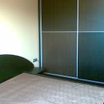 спалня, елегантна, тъмни тонове, пълзгащи врати на гардероба