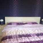 спалня, лилави цветове