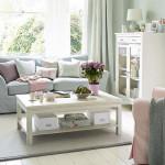 пастелни цветове в дневната, маса