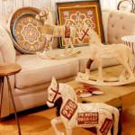 арт, дърво и кончета във всекидневната