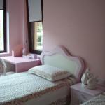 детска стая в розово и бяло, ретро стил