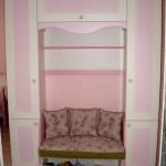секция в детска стая - розово и бяло с кушетка